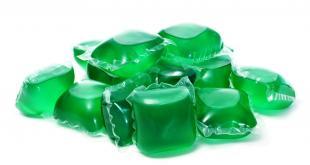 Vloeibare wasmiddelen bevatten een sterk geconcentreerde vloeistof die huid, ogen en bij inname de slokdarm irriteert.